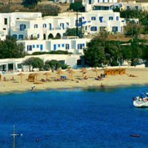 L'hotel visto dal mare, preceduto dalla fila di ristoranti sulla spiaggia