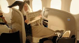 Con stile e senza stile: come rendere piacevoli le istruzioni di sicurezza di volo di una compagnia aerea e sgradevole una canzone cult degli anni Ottanta